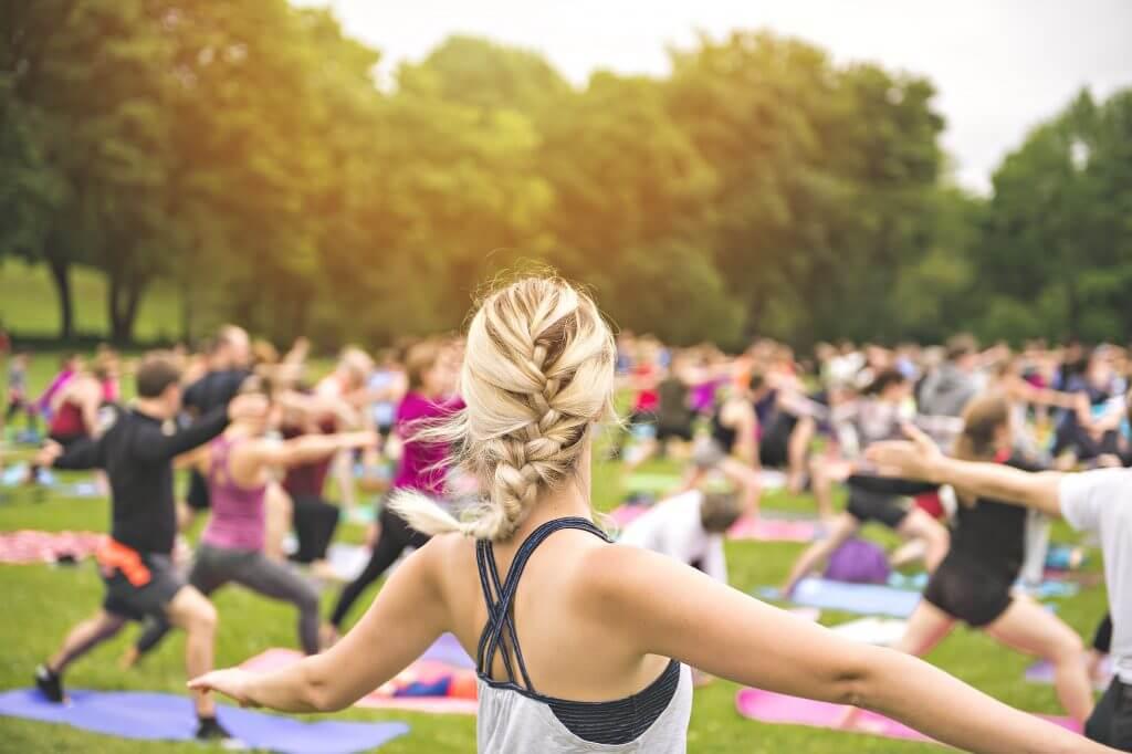 yoga-cours-parc-groupe